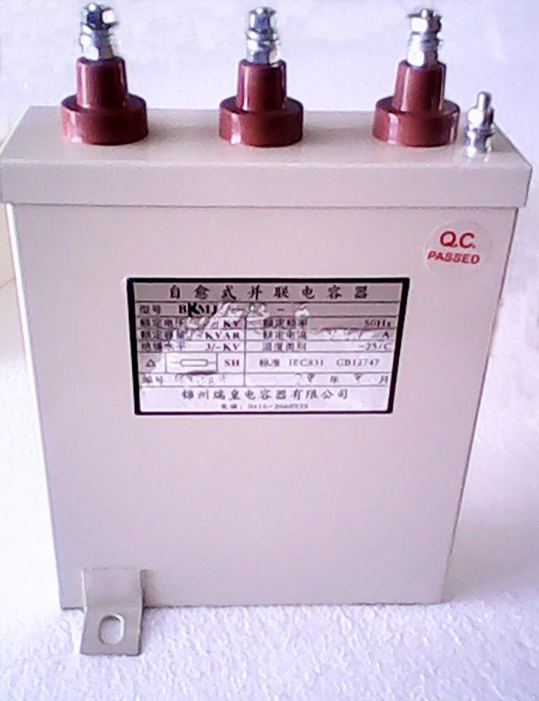 用途   适用于频率50/60HZ,额定电压0.23~0.525KV的低压供电系统中,用来提高功率因数,减少线路损耗,改善电网质量。   主要特点   2.1 边缘加厚的梯形镀膜,使电容器具有良好的电容稳定性,工作寿命长;   2.2 内装自放电电阻系统和保险装置,使电容器在运行中避免了漏油、爆炸、燃烧;   2.